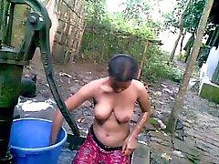 Büyük Memeli Banyo ile Desi Köyü Kız Kamu