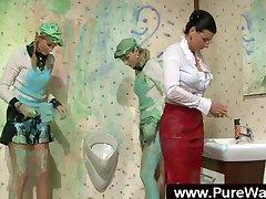 Giysili kızlar ve boya ile dağınık eğlenceli