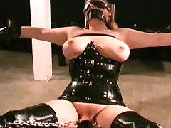 МИЛФ niewolnika w seksowny lateks strój