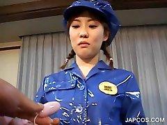 Asya polis üniformalı onu kedi elektrik