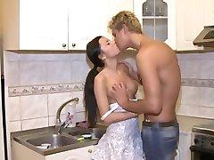 Strojene teen girl ob svoji prvi analni seks na kuhinjski mizi