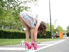 Nastolatek skakanka na wysokich obcasach pod spódniczkę widok