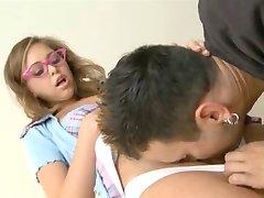 Squirting écolière de porter des lunettes cogné dur
