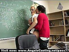 Blonde chaude enseignant a la chatte léché et ne pipe étudiant