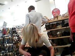 pod spódniczkę miło siedzi dziewczyna w sklepie obuwniczym