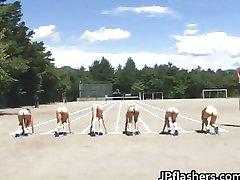 Asiatiske jenter løper en naken friidrett