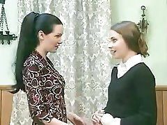 Hyvä tumma-tukkainen tyttö alkaa käyttäytyä hyvin huonosti, kun hän tuntee, että ystävä on märkä tussu