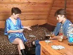 Ruska majka i djevojka igrao strip-poker