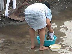 Szpiegostwo indian ciocia - zad pochylić się pupą Podglądaczem