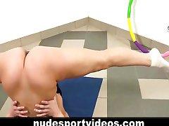 Nude teen babe robi fitness ćwiczenia