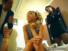 Le mari et la femme baise la baby-sitter