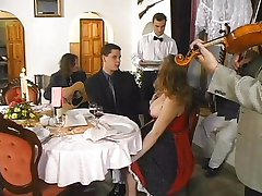 Gros Titi Fille Gangbanged dans le Restaurant