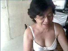 Бабушка азиатка на камеру