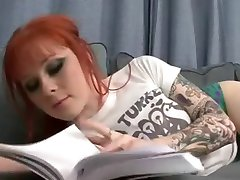 Tatoué rousse Misti Dawn mange son hot-dog