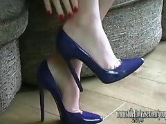 Uzun bacaklar ile güzel kız Fetiş seksi iç çamaşırı ve yüksek topuklu giyen sertleştiği