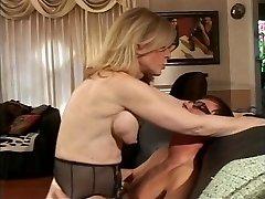 MILF bionda strisce per il giovane adolescente che succhia i capezzoli duri