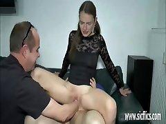 La muchacha adolescente de doble puño y la polla penetración
