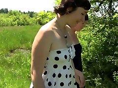Natur sonnigen Tag und zwei nackte der Kuss