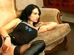 Francese goth Sonia Belgacem in anal foursome con la sua amica