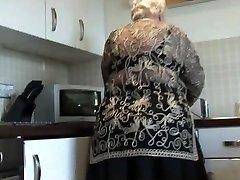 Dulce de la abuela muestra el coño peludo de gran culo y sus tetas