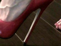 rosa talones en una silla