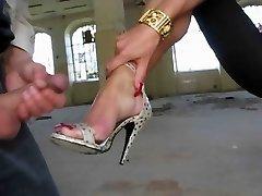 Cum on her Feet with High-Heels