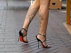 Sexy pies y las piernas en alto sandalias de tacón