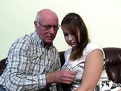 Opa Rudolf darf 18 yr alten Teeny nach der Schule ficken