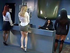 Sexy raven boss ordini giovane stallone leccare figa nera