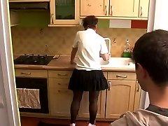 boy a visitar a mamá en la cocina