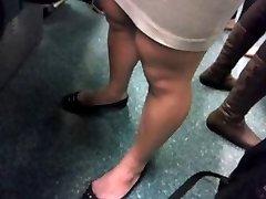 Hembra Muscular de las piernas en autobús