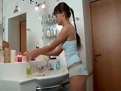 Симпатичная стройная русская девушка трахается в ванной