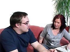 Alemán Madre Ayuda a Su Feo Paso-Hijo con la Primera Mierda