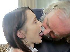 Increíblemente feo viejo hombre come dulce coño de su joven disoluto de pollo