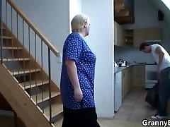 Él ayuda a la rubia de la abuelita