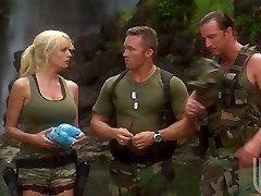 Dva vojáci bang sexy milf Stormy Daniels ve stanu
