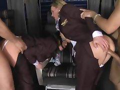 Nad njima - nosile stjuardese&амп;#039; трахнул u prvi razred