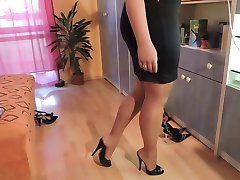 Amatér v nylonové punčochy a vysoké boty na podpatku