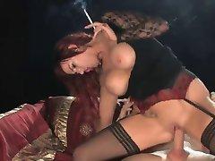 Topla Crvenokosa u pušenju štikle i jahanje