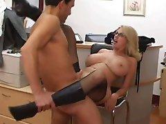 Zrele tajnik primi spermu na njene velike sise