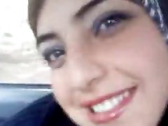 Vruće arapski treperi joj sise u automobilu