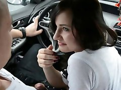 Amatoriale djevojka Pompino kon Ingoio u auto