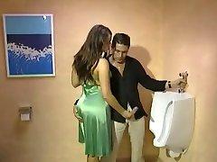 Toilette içinde tamamen Giyinik Handjob