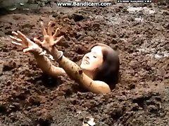 Kelepçeli kadın alır derin çamurda