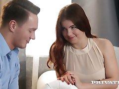 Romantičan i senzualan seks s crvenokosa ljepotica s проколотыми bradavica Renata Fox