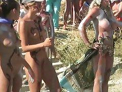 Dívky s malovanými těla v Russian nudist beach