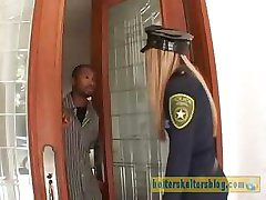 Ošklivé krém-pleť policista dostane její sexuální trest