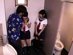 Japonské školačky trojku šukat s chlap v toaletě