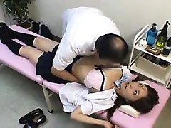Liječnik daje učenica neke akcije maca na leđa i
