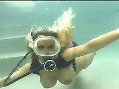 Blondýna potápění bazén kurva